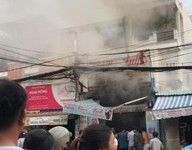 Cháy tiệm làm tóc, nhiều người nhảy qua nhà hàng xóm thoát nạn