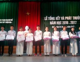Trao thưởng các học sinh giỏi toàn diện trường THPT Thuận Hóa