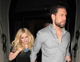 Avril Lavigne đẹp đôi bên bạn trai mới