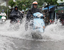 Mưa gần 2 tiếng, đường phố TPHCM ngập sâu, hàng loạt xe chết máy