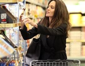 Angelina Jolie giản dị đi siêu thị