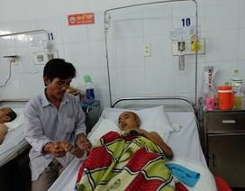 Cha đau đớn nhìn con trai nằm hôn mê sâu trên giường bệnh