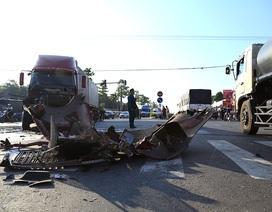 Xe khách lật ngang sau cú va chạm với container, 9 người bị thương