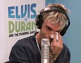 Aaron Carter khóc khi trả lời phỏng vấn