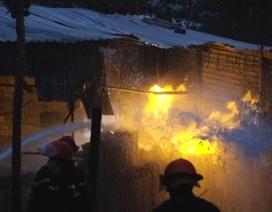 Khói lửa bao trùm căn nhà chứa hàng chục bình gas