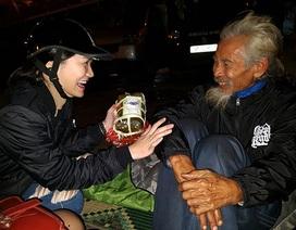 Đêm trắng mang Tết ấm đến người vô gia cư ở Hà Nội
