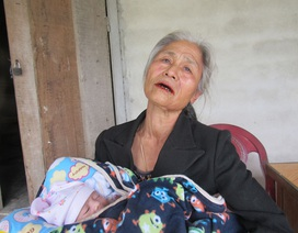 Xót thương cụ bà xin từng ngụm sữa nuôi cháu 2 tuần tuổi của đứa con điên
