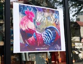Hình ảnh chú gà sống động trên đường phố Hà Nội ngày Tết