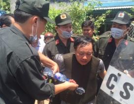 Trưởng phòng Tư pháp bị đâm trọng thương, nghi phạm chạy về nhà cố thủ