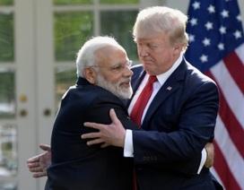 """Giải mã cái ôm """"nghẹt thở"""" của Thủ tướng Ấn Độ và Tổng thống Trump"""