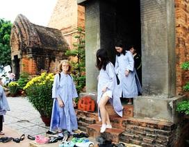 Nha Trang: Du khách mặc hở hang được cho mượn áo dài khi hành hương