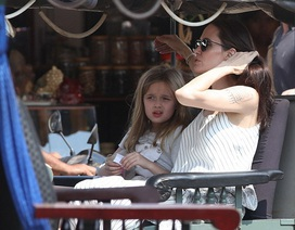 Angelina Jolie cùng các con tham quan Seam Reap bằng tuk tuk