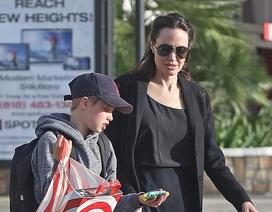 Angelina Jolie đưa con ra phố mua sắm