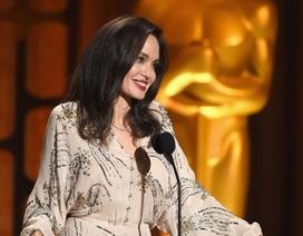 Angelina Jolie trẻ trung hơn với son đỏ