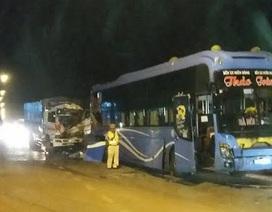 Đứng đường thương lượng sau va chạm, phụ xe khách bị xe tải đâm tử vong