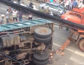 Người đàn ông bán vé số bị xe tải lật nghiêng đè chết