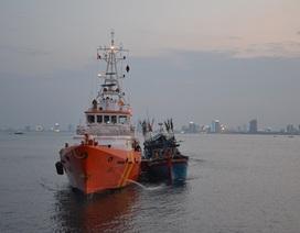 Cứu 6 ngư dân trên tàu cá sắp chìm ở Hoàng Sa