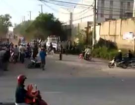 Hàng chục công nhân phá xe cảnh sát