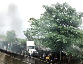 Xe container đâm sập quán nước, 5 người thoát chết trong gang tấc
