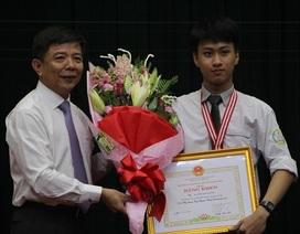 """Quảng Bình: """"Chàng trai vàng"""" Vật lý Quốc tế được Chủ tịch tỉnh tặng Bằng khen"""