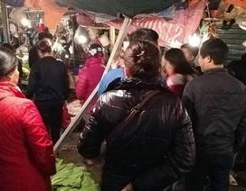 Thanh thép dài 2m phi từ trên cao xuống khu chợ đông người