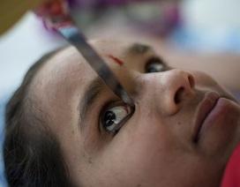 Thót tim cảnh thiếu nữ kẹp dao vào đầu gối rồi vẽ mắt