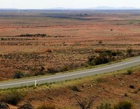 Nhóc 12 tuổi tự lái xe cả nghìn cây xuyên nước Úc trước khi bị cảnh sát chặn lại