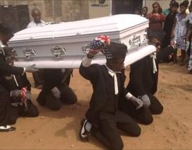Kỳ lạ nghề vừa vác quan tài vừa nhảy múa trong lễ tang
