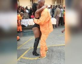 Nhà tù mời... vũ nữ thoát y đến thăm tù nhân