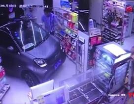 Clip tài xế lái xe xông thẳng vào cửa hàng tạp hóa để mua đồ