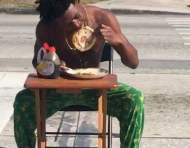 Bị cảnh sát tóm vì kê bàn ghế ra ăn giữa đường