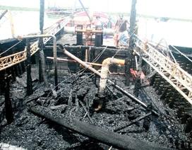 Tàu cá đang neo đậu bị cháy rụi trong đêm