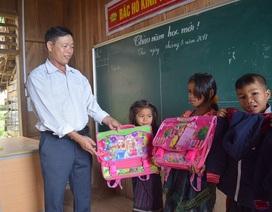 Cảm động thầy giáo đi xin quần áo cho học trò nghèo vùng cao