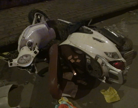 Người đàn ông tử vong bên cạnh chiếc xe máy bể nát