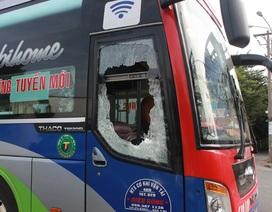 Hơn chục thanh niên chặn đường, đánh phụ xe và đập phá xe khách