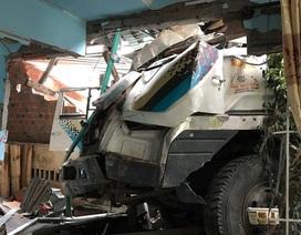 Xe tải tông sập 2 nhà dân, 2 người nhập viện