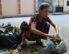 """Bà lão """"khùng"""" hơn 10 năm quét rác không công ở Hà Nội"""