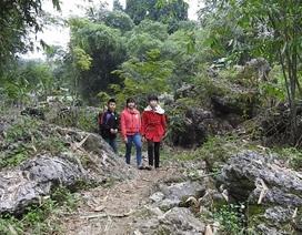 Đáng thương cô bé lớp 8 mỗi ngày vượt 18 km đường rừng để đến trường
