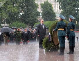Ảnh thế giới nổi bật tuần qua: Tổng thống Putin đặt hoa tưởng niệm dưới mưa