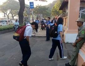 Đáng yêu hình ảnh học sinh Trường Chuyên Lê Hồng Phong cúi đầu chào bác bảo vệ