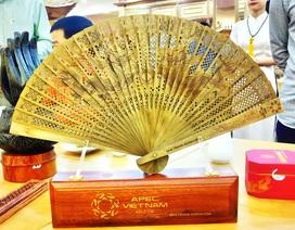 100 chiếc quạt trầm hương dành tặng quan chức cao cấp APEC 2017