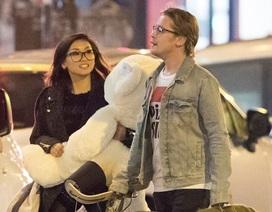 Macaulay Culkin đưa bạn gái mới đi Paris