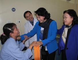 Chủ tịch Quốc hội tặng quà Tết cho hơn 100 bệnh nhân ung thư
