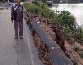 Bờ sông sạt lở nghiêm trọng, 4 hộ dân di dời khẩn cấp