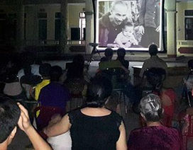 Người dân xúc động xem phim kỷ niệm 60 năm Bác Hồ về thăm Hà Tĩnh