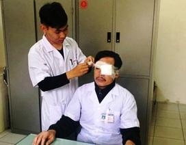Đang cấp cứu bệnh nhân, bác sỹ bị đấm liên tiếp vào mặt