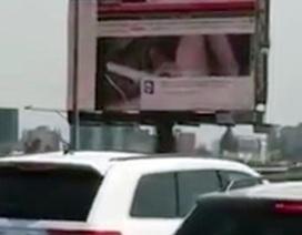 Tử vong vì cố tắt bảng quảng cáo chiếu phim khiêu dâm trên đường cao tốc