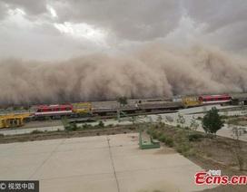 """Khoảnh khắc bão cát """"nuốt chửng"""" thị trấn Trung Quốc"""