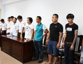 Bắt 15 đối tượng đánh bạc tại khu trông giữ xe sát sân bay quốc tế Phú Bài