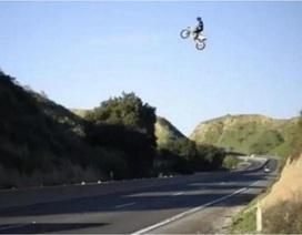 Mạo hiểm màn phi môtô bay qua xa lộ